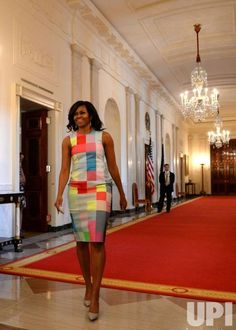 First Lady Michelle Obama arrives to present the 2015 National Medal for Museum and Library Service at WH today Michelle Obama Flotus, Michelle Obama Fashion, Barack And Michelle, Black Presidents, Greatest Presidents, Barack Obama Family, Bo Obama, Obama President, Joe Biden