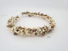 Dieser märchenhafte Blumenkranz wird mit viel Liebe von Hand aus getrockneten Blumen hergestellt. Ob zum Dirndl, zur Hochzeit oder zum Sommerkleid – dieser Haarkranz ist ein echter Hingucker! Crown, Jewelry, Different Fruits, Dried Flowers, Creative Gifts, Floral Wreath, Dirndl, Love, Wedding