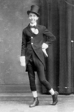 http://www.thecircusblog.com/wp-content/uploads/2011/10/Bones_Hartzell_in_vaudeville_days.jpg