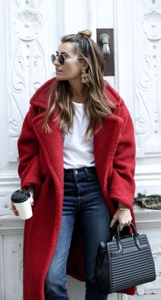 "This coat is simply wonderful. When ""I come into"" the cold and the wind disappear and I go so happy in my super big red coat. Red Winter Coat, Red Wool Coat, Long Red Coat, Red Coat Outfit, Mantel Outfit, Pijamas Women, Winter Coat Outfits, Braut Make-up, Fashion Outfits"