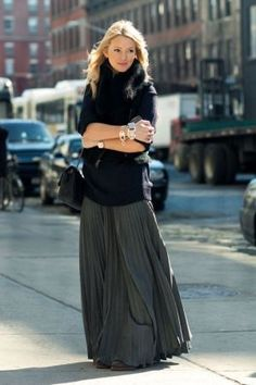 Stylish And Comfy Winter Maxi Skirt Outfits Ideas 14 Maxi Skirt Outfits, Long Maxi Skirts, Flowy Skirt, Skirt Pleated, Dress Long, Dress Skirt, Gray Skirt, Silk Skirt, Long Black Skirt Outfit