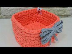 This crochet accessory for the home is made with hemp yarn which has a different and interesting texture. This type of yarn is. Crochet Yarn, Easy Crochet, Crochet Stitches, Potholder Patterns, Crochet Patterns, Square Baskets, Quilted Potholders, Tatting Jewelry, T Shirt Yarn
