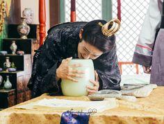 해수의 유골함을 잡고 오열하는 광종의 이미지 Lee Jun Ki, Lee Joongi, Korean Drama Movies, Korean Actors, Korean Dramas, Moon Lovers Scarlet Heart Ryeo, Scarlet Heart Ryeo Wallpaper, Kdramas To Watch, Moon Lovers Drama