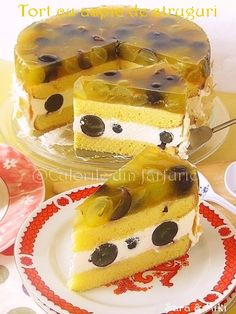 """""""Gâteau à la gelée de raisins"""" // Help me out here, people - I don't speak French. Is this RAISINS IN ASPIC? If so, I may have found the dish that will put off aspic for life. I hope. Gross Food, Weird Food, Flan, Just Desserts, Dessert Recipes, Holiday Desserts, Jelly Cream, Romanian Desserts, Whats For Lunch"""