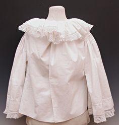 Ženská košile z bílého lněného plátna, otevřená dopředu, bohatě nabíraný límec, límec a rukávy s krajkou; Litomyšlsko, 50. - 60. léta 20. století, př. č. 24/1995.