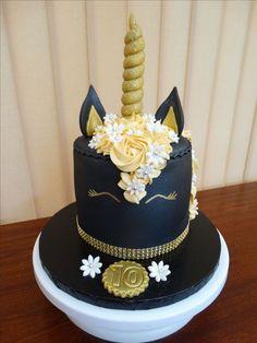 idee für eine einhorn kuchen deko   hier ist eine schwarze einhorn torte mit einer mähne aus gelben rosen und weißen blumen und einem goldenen horn und kleinen schwarzen ohren