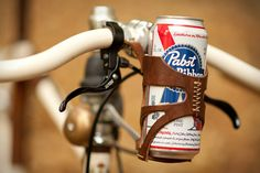 PBR in a leather cage on a fixie, totally awesome.or totally hipster? Cycle Chic, Photo Velo, Pimp Your Bike, Bike Gadgets, Cx 500, Leather Bicycle, Tooled Leather, Bicycle Bag, Brown Leather