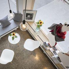 Inspiration und Deko-Ideen. Blumen und Pflanzen werten jeden Ort auf und machen ihn einzigartig. Auch ein großes Atelier. Modern und gradlinig eingerichtet. Der perfekte Ort um zu arbeiten, kreativ zu werden und Neues zu erschaffen. Eine Kombination aus Atelier und Arbeitsplatz.