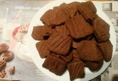 Máslo pokojové teploty nakrájejte na kousky do mísy a utřete ho s cukrem. Přidejte žloutky a pak mouku, kakao a kokos. Vypracujeme těsto a pak z… Gingerbread Cookies, Almond, Chocolate, Christmas, Food, Essen, Drinking, Gingerbread Cupcakes, Xmas
