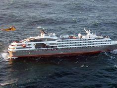 """Ein britischer Militärhubschrauber schwebt über dem havarierten Kreuzfahrtschiff """"Le Boréal"""", um Passagiere in Sicherheit zu bringen."""
