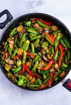 What are the best vegetables to put in stir fry? What are the best vegetables to put in stir fry? Your guide to the most delicious homemade stir fry recipes. Use your favorite veggies and protein of choice to make takeout in your own home! Best Stir Fry Recipe, Homemade Stir Fry Sauce, Stir Fry Recipes, Sauce Recipes, Veggie Fries, Vegetable Stir Fry, Vegetable Recipes, Vegetarian Recipes, Healthy Recipes