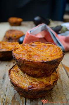 Frittatine di spaghetti con melanzane al forno un antipasto sfizioso, facile e veloce da preparare. Un'ottimo modo per riutilizzare gli avanzi di pasta del giorno prima.