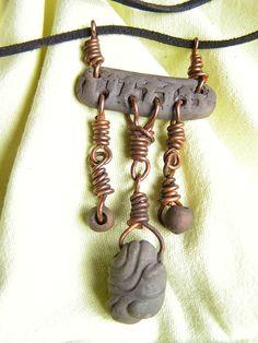 Bransoleta wykonana została z Elementów Ceramicznych oraz z drutu miedzianego.