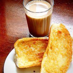 """Café com leite, o famoso """"pingado"""" e pão c/manteiga na chapa. #lanchonetepolos #goiania (em Polos Pães e Doces)"""