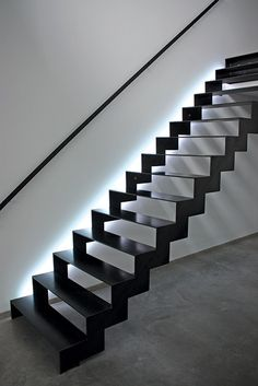 foto 1 Staircase Metal, Stair Railing, Staircase Design, Spiral Staircase, Steel Handrail, Steel Stairs, Duplex House Design, Home Office Design, Stairs Handle