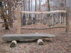 Kamenný xylofon v lese vybízí děti k experimentování.