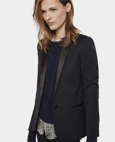 The Kooples / Veste de smoking à détails de satin / Avec ses détails de satin, cette veste en laine stretch, d'inspiration smoking, est réinterprétée en version féminine pour une silhouette chic et ajustée. Elle s'associe parfaitement avec le pantalon FP919.