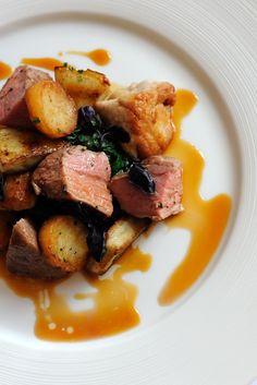 Roast rump of Dorset rosé veal with caramelised sweetbreads, sauté potatoes, artichokes and tomatoes by Matthew Tomkinson Roast Dinner, Sunday Roast, Beef Sirloin, Venison, Roast Beef, Sauteed Potatoes, Veal Recipes, Great British Chefs, Food Wishes