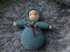 Waldorf/Steiner-inspirert dukke strikket i Nøsteba Sock Dolls, Felt Dolls, Doll Toys, Diy Tricot Crochet, Crochet Toys, Baby's First Doll, Waldorf Toys, Sewing Art, Doll Tutorial