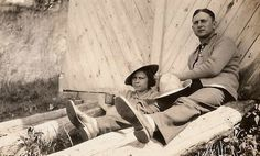 Long lost manuscript might shed new light on the infamous duo who roamed the hills of he Ozarks in a shiny new Ford. Photo is the property of the Earl R. Stonebridge Publishing Enterprises and is copyrighted. Bonnie And Clyde Death, Bonnie And Clyde Photos, Bonnie Clyde, Famous Outlaws, Public Enemies, Real Gangster, Bonnie Parker, Advertising History, True Crime Books
