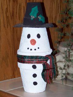 Sneeuwpop van plantenpotjes