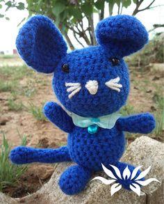 Bonito ratón en miniatura, 15-20 cm de alto.