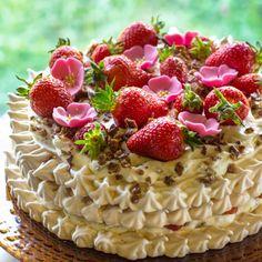 Kesäkakun elementit ovat rapea marenki, daim-murskalla ryyditetty kermavaahto ja mansikka. Lopputulos on taivaallinen, koko ihanuus on hetkessä syöty. A Food, Food And Drink, International Recipes, Tart, Deserts, Strawberry, Pie, Sweets, Baking