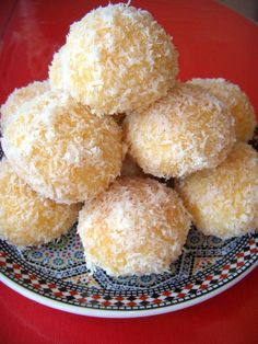 Boules coco Arabic Sweets, Arabic Food, Cookie Recipes, Dessert Recipes, Dessert Food, Moroccan Dishes, Algerian Recipes, Biscuit Cookies, Beignets