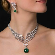 Fabulous Cartier necklace: Platinum, sugarloaf emerald of carats from colombia and diamonds! Emerald Jewelry, High Jewelry, Modern Jewelry, Jewelry Sets, Jewelry Accessories, Jewelry Design, Diamond Jewelry, Jewelery, Jewelry Necklaces