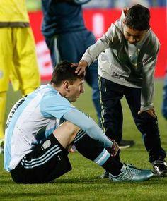 Los nenes chileno consolando a Messi.