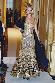 Une somptueuse création Chanel Haute Couture 1996, portée par Amber ...