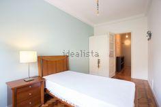 Imagem Quarto de apartamento t2 em Penha de França Bed, Furniture, Home Decor, Bedroom Apartment, Home, Decoration Home, Stream Bed, Room Decor, Home Furnishings