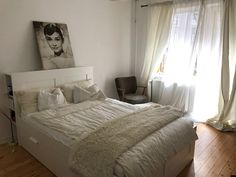 In Diesem Schlafzimmer Ist Das Bett Besonders Gemütlich. Dahinter Wurde Ein  Intelligentes Regal Gebaut,