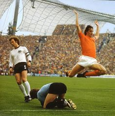 1974 Germania Ovest 2 Olanda Cruyff e Beckenbauer Football Music, God Of Football, Legends Football, Best Football Players, Good Soccer Players, Arsenal Football, World Football, School Football, Fifa