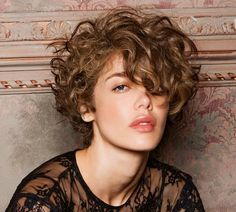 Short hair takes on a feminine and romantic look with the woman cuts trends for this Fall Winter 2018 Short Punk Hair, Short Curly Pixie, Short Curly Haircuts, Long Hair, Curly Hair Styles, Curly Hair Cuts, Short Hair Cuts, Natural Hair Styles, Short Curls