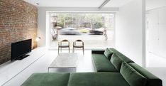 Abitare in vetrina a Montreal.  Il divano a L è perfetto per chi vuole rilassarsi guardando la televisione. Le due sedie vicino alla vetrata vengono utilizzate dai padroni di casa per i momenti di lettura.
