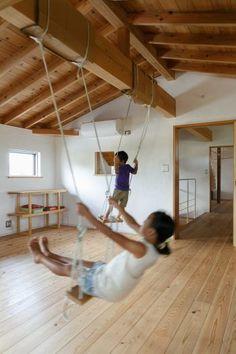 2階の子ども部屋には、梁を活用したブランコが。正明さんからの「こどもの日」の素敵なプレゼント。