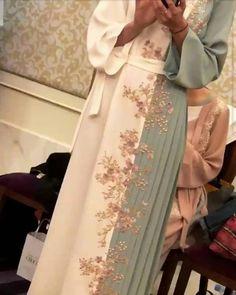 Abaya Style 738449670125687682 - Source by Muslim Women Fashion, Arab Fashion, Islamic Fashion, Modest Fashion, Fashion Dresses, Fashion Clothes, Hijab Wedding Dresses, Eid Dresses, Hijab Bride