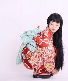 着物の帯の垂れている部分とロングヘアを活かした写真だと思う。全体的に丸いシルエットで可愛くもあり、美しい。