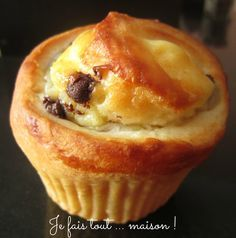 Small brioches with pastry cream and chocolate chips - Dessert Bread Recipes Brunch Recipes, Bread Recipes, Sweet Recipes, Baking Recipes, Dessert Recipes, Desserts With Biscuits, Mini Desserts, Chocolate Chip Bread, Chocolate Cream