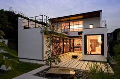 緑(プライベートガーデン)を家中から感じる事のできるコートハウス。 開放感のあるバスルームは一日の疲れを癒す。