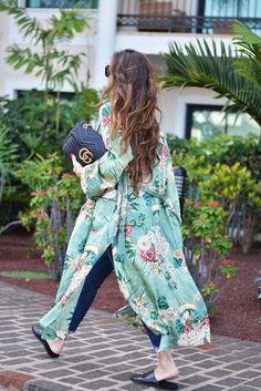 Boho Style Picture Description kimono: Zara ( this season ), sandals: last season, bag: Gucci ( this season ), sunnies: Celine, jeans: Zara ( this season Kimono Fashion, Boho Fashion, Fashion Looks, Womens Fashion, Style Fashion, Fashion Decor, Green Fashion, Spring Summer Fashion, Spring Outfits