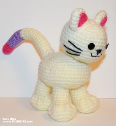 FREE Pattern: Easy Crochet Kitten with Bendable Tail & Big Paws 7 Robots Inc Miguel Guerra & Suzy Dias Chat Crochet, Crochet Cat Toys, Crochet Cat Pattern, Crochet Amigurumi Free Patterns, Crochet Animals, Crochet Dolls, Easy Crochet, Free Crochet, Ravelry Crochet