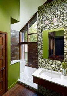 salle de bain en vert pistache avec mosaïque en vert, blanc et noir