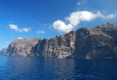 Nell'isola vulcanica di #Tenerife, #Canarie, la scogliera de Los Gigantes domina sull'Atlantico, con il suo profilo che ricorda le teste di due giganti addormentati. www.it.lastminute.com #localista #Spagna #pinspiration #travel