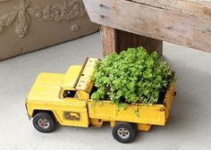 Plant a toy truck 17 Charming Garden Art DIYs Diy Garden Projects, Garden Crafts, Kid Projects, Diy Vintage Toys, Yard Sale Finds, Der Computer, Toy Trucks, Dump Trucks, Garden Care