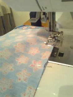 Doorlopend Biaislint maken | De Wereld van Lazuli Sewing Tutorials, Quilts, Band, Home Decor, Homemade Home Decor, Comforters, Patch Quilt, Ribbon, Kilts