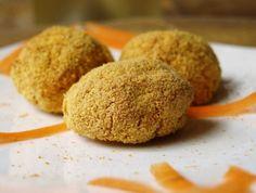 Queste polpettine sono già molto buone cotte in forno, ma per uno strappo alla regola è possibile anche friggerle in abbondante olio di semi.