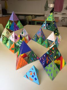Triangulo de Sierpinsky tridimensional en proceso. Group Art Projects, Math Projects, Cool Art Projects, Math Art, Fun Math, Family Math Night, Math Patterns, Maths Puzzles, Art Curriculum