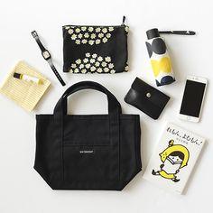 marimekko/マリメッコ/RAIDEMINIPERUSKASSI/ミニトートバッグ(ブラック)11,880円(税込)こんにちは、バイヤーの佐藤です。まだまだ寒い日が続きますが、朝の日差しや空模様 What In My Bag, What's In Your Bag, Inside My Bag, What's In My Purse, Magic Bag, Minimalist Bag, Types Of Bag, Cute Purses, Girls Bags